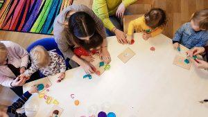 Read more about the article Avantajele sistemului Montessori